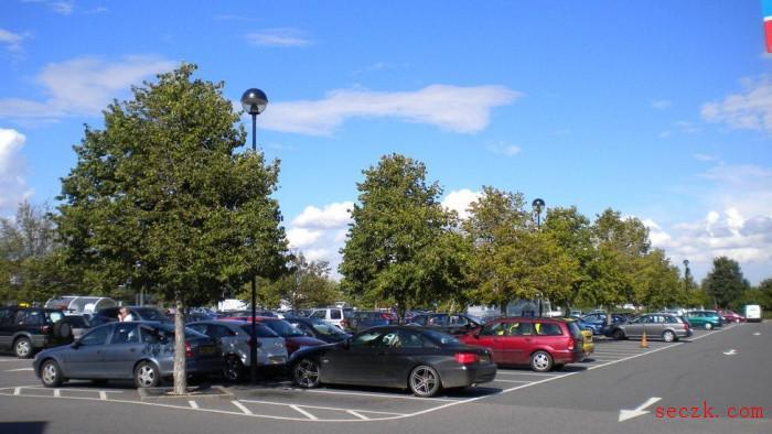 英国罗伊斯顿TESCO超市附近的信号干扰让司机集体被锁在车外